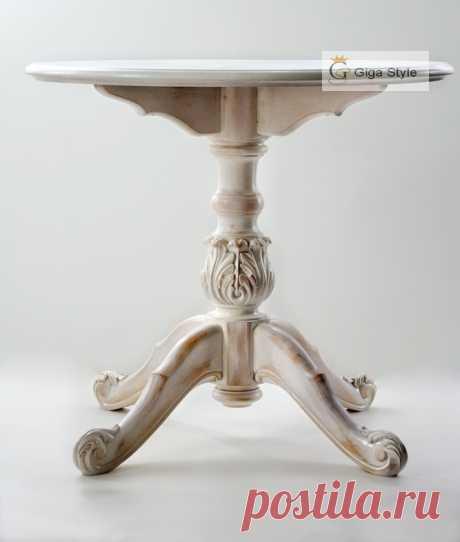 Резной обеденный стол из натурального дерева ― ольха, столешница - ясень, в белом цвете под старину.  Размеры: Высота 740мм, диаметр 800мм