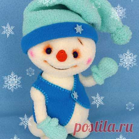 """Снеговичок Кузёмка  В этом году зима в Питере снегом нас не балует, поэтому снеговиков """"лепим"""" из пряжи. Снеговичок связан из пряжи Alize """"Softy"""". Голова, ручки и ножки у Кузёмки подвижны.При"""