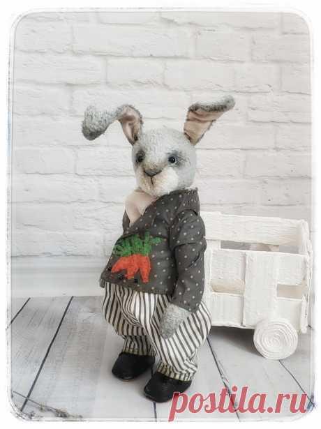 Тедди. Кролик Константин рост 23 см без учёта ушей. Выполнен из кудрявой вискозы наполнен опилками. Глазки стеклянные. Одежда снимается сшита из хлопка. Обувь нат. Кожа. Выполнен в одном экземпляре. Послужит прекрасным подарком как взрослому так и ребёнку.