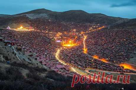В китайском уезде Сертар в Тибете располагается самая большая в мире буддийская академия Ларунг Гар