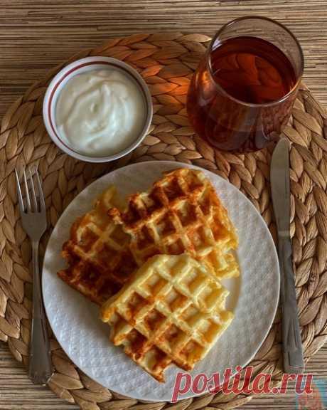 РЕЦЕПТ СЫРНЫХ ВАФЕЛЬ🧇   Для приготовления вафель (у меня получилось 4 штуки) тебе понадобится:  1. 130 гр творога 5% 2. 2 яйца 3. 80 гр сыра (можете добавить больше, если хотите) 4. 40 гр рисовой муки 5. 1/2 ч.л. разрыхлителя 6. 10-15 мл молока 7. Щепотка соли  Приготовление:  1. Взбей яйца с щепоткой соли. 2. Добавь к яйцам творог, хорошо перемешай. 3. Всыпь муку с разрыхлителем, перемешай тесто и добавь немного молока. У тебя должна получиться густая консистенция как на...