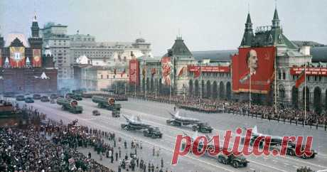 Как прошел первый послевоенный парад Победы в 1965 году (редкие архивные кадры) Первый послевоенный парад в честь Победы прошел только в мае 1965 года при Леониде Брежневе. В тот же год, по распоряжению Президиума Верховного Совета СССР, этот день в стране объявили выходным и всенародным праздником. Ведь с 1948 по 1964 годы 9...