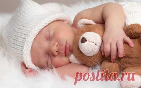 """""""Белый шум"""" очень полезен для засыпания новорожденных деток. Иллюстрация показывает крепкий сон малыша с любимой игрушкой."""