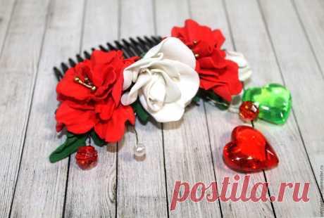 Гребень для волос с розами Танго из фоамирана Красные белые розы Купить или заказать Гребень для волос с розами Танго из фоамирана Красные белые розы в интернет-магазине на Ярмарке Мастеров. Гребень для волос выполнен из фоамирана, красного и белого цвета , цветы белые розы и красные фантазийные цветы. Прекрасно украсит вашу прическу. Размен гребня в длину 8 см Дополнительно украшен бусинами. Еще больше украшений по ссылке, выберите подарки себе, друзьям и родным www.livemaster.ru/sidorenkoae?