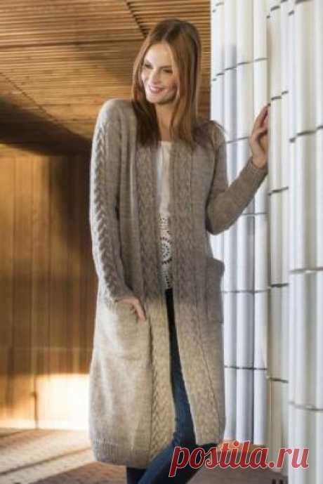 Длинный кардиган с карманами и узором из жгутов Роскошная модель длинного кардигана спицами для женщин, связанного из шерстяной пряжи средней толщины. Вязание модели выполняется чулочной вязкой с...