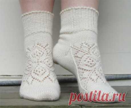 Los calcetines tejidos por los rayos con el ornamento