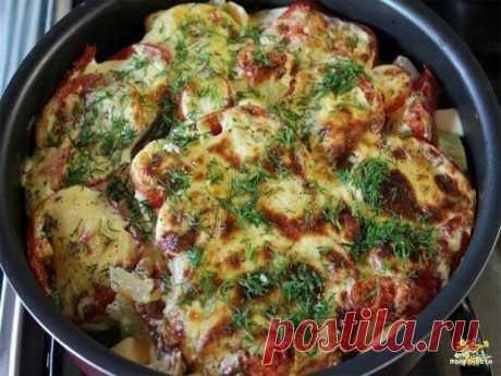 Молодые кабачки, запеченные с помидорами под соусом  Понадобится. Кабачки или цукини - 2 небольших. Картофель – 3-4 средние шт. Лук репчатый (на любителя, но вкус с ним более оригинальный) – 1 большая луковица. Помидоры – 2-3 большие шт. Вода – 100 мл. Майонез – 4 полные столовые ложки. Сметана – 4 полные столовые ложки. Яйцо – 1шт. Соль или приправа - по вкусу.  Все овощи вымыть. Картофель, лук и кабачки очистить. Нарезать все овощи круглыми пластинками потоньше. Взять гл...