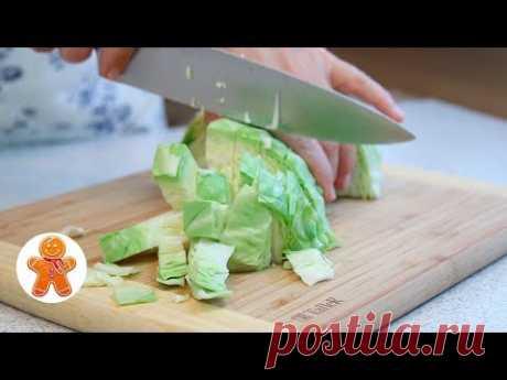 Вкусный Рецепт из Капусты 500-600 г капусты 1 крупная луковица 2-3 яйца 50 г сыра 2 горсти белых хлебных крошек 30-50 г сливочного масла соль специи зелень для подачи