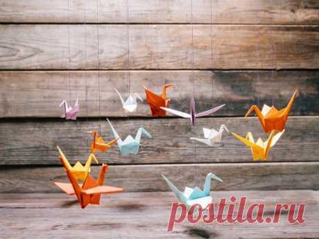 Как сделать журавлика из бумаги — схема оригами Как сделать журавлика из бумаги, мы расскажем в статье нашей статье. Техника складывания бумаги оригами требует внимательности. Оригами из бумаги журавлик