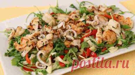 Салат с креветками и кальмарами, очень вкусные и простые рецепты Приготовьте эти очень вкусные салаты с креветками и кальмарами. Рецепты простые, с крабовыми палочками, помидорами, без майонеза, из морского коктейля.