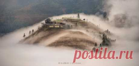«Шторм в туманном океане». Деревня Дажай, Китай. Автор фото – Евгений Самученко: nat-geo.ru/photo/user/52530/