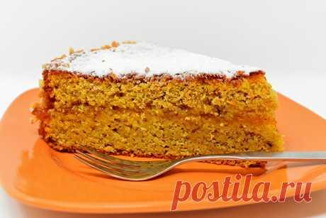 Сметана и морковь — прекрасное сочетание, которое придает бисквиту сочность, нежный вкус и прекрасный золотистый цвет.