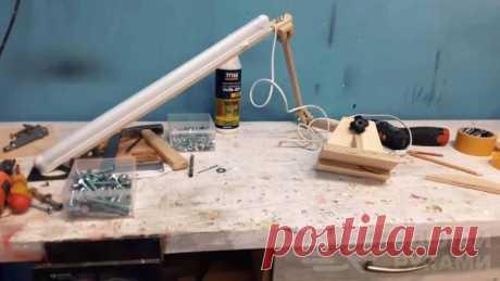 Простой мобильный светильник для домашней мастерской В данном обзоре автор решил сделать своими руками очень простой мобильный светильник на базе лампы дневного света. Эта идея может найти применение в