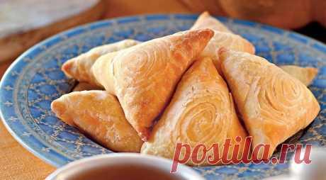 Хит сезона! Самса с тыквой Самса – это небольшие пирожки треугольной формы из пресного теста, испеченные в тандыре, типичные для узбекской и таджикской кухни. Похожие пирожки с похожим названием, самоса, делают и в Индии, правда, из другого теста и с начинкой из картофеля и зеленого горошка. Самсу чаще всего выпекают с рубленой бараниной, но самса с тыквой тоже пользуется большой популярностью.