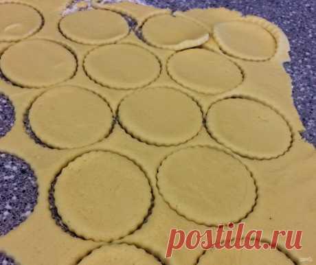 """""""Творожные ушки"""" печенье   Это печенье еще называют «Гусиные лапки». Для него подойдет магазинный или домашний творог, а также можно использовать немного подкисший творог. К нему можете добавить корицу, ваниль. Если использовать миксер, то с тестом будет легче работать (он хорошо разбивает комочки в однородную массу).   Ингредиенты:  Творог : 1 Стакан, Сливочное масло : 200 Грамм, Мука пшеничная : 1 Стакан, Разрыхлитель: 1 Чайная ложка, Сахарный песок : 1/3 Стакана   Приго..."""