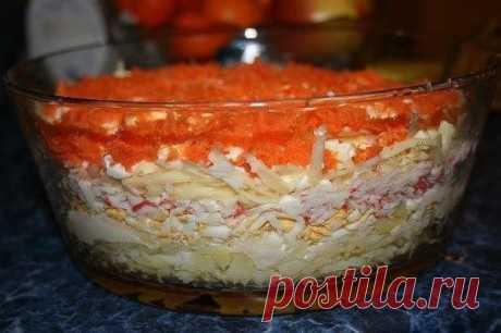 """Салат """"Бархатный"""" - изумительное сочетание продуктов  Ингредиенты: - 3 вареных яйца - 200 г крабовых палочек - 3 вареные картофелины - 2 небольшие сырые морковки - 200 г сыра - 250 г майонеза  Приготовление: 1. Укладываем слоями продукты, натертые на терке: отварной картофель, яйца, крабовые палочки, сыр, морковь. Каждый слой промазываем майонезом. 2. Готовому салату дать постоять 3-4 часа.  Приятного аппетита!"""