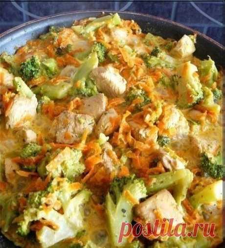 Курица с брокколи и морковью, тушеная в сливках