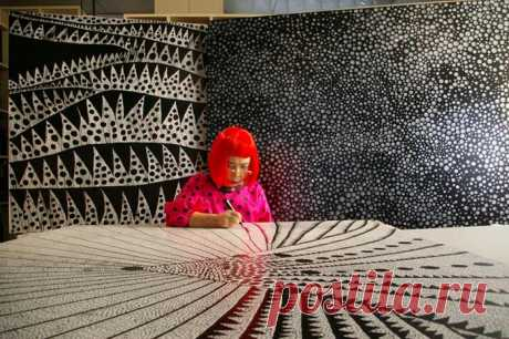 Яёи Кусама –88-летняя японская художница, рисующая бесконечность в горошек