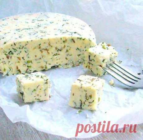 Домашний сыр с зеленью и тмином - очень нежный и легко готовится  Ингредиенты:  1л кефира 1л молока 6 яиц 4 ч. ложки соли (или по вкусу)  1/3 ч. ложки красного острого перца  щепотка тмина 1 зубчик чеснока...