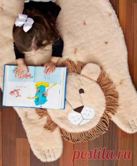 Коврик в детскую своими руками В детской комнате обязательно должно быть мягкое покрытие или, хотя бы, коврик, на котором ребенок может поиграть, не травмируя колени о твердый пол. К тому же, сидеть на коврике приятнее и теплее, че...