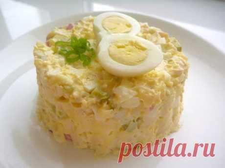 Салат из курицы с соленым огурцом.