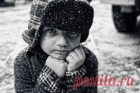 """Если ребенок боится темноты, если ему стает страшно одному в детской комнате, как быть? Даже если он остается один при включенном слабом освещении, ему все равно страшно. Папа считает, что это все выдумки, его фантазии, проявление слабого характера, и всяким путем пытается """"сделать из него настоящего мужчину"""", забывая, что он еще ребенок и всякие чудища, это не фантазии, а просто детский страх!"""