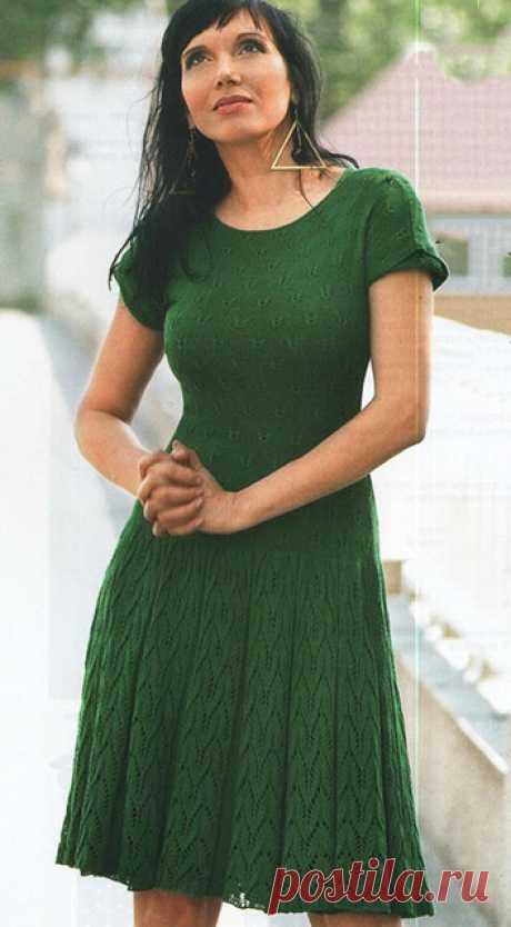 Зеленое платье узором Бабочка из бамбуковой пряжи спицами – схемы вязания с описанием