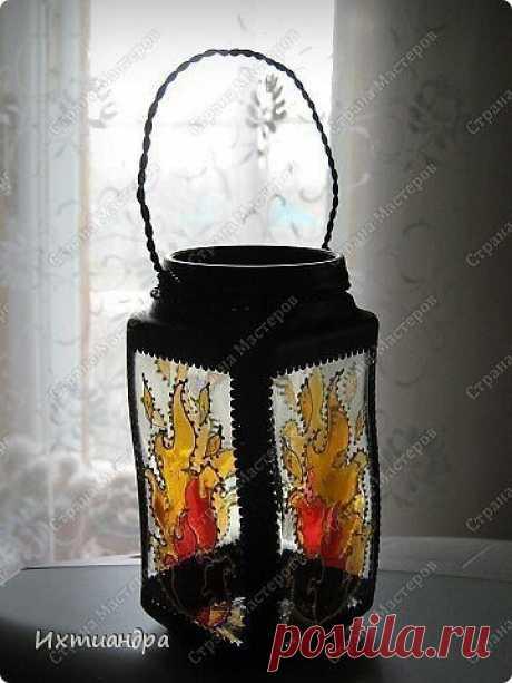 """Витражные фонарики Витражные фонарикиАвтор: Ихтиандра.Нам понадобится:баночка из-под кофемалярный скотчакриловая краска чёрного цвета (автокраска в баллончике)витражные краски (для начинающих подойдёт """"Гамма"""" на водной основе)контуры по стеклу (черный и золотой)бумажный шаблон для рисункапроволокажестяная..."""