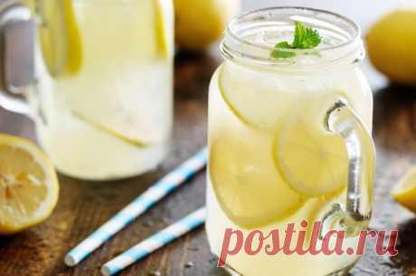 Лимонная вода поможет против холестерина     Берём 2 ст. л. тёртого имбиря, 4 головки чеснока, 4 лимона, 2 л воды.  Лимоны нарезаем вместе с кожурой. Имбирь, чеснок и лимон смешиваем в блендере. Выливаем смесь в кастрюлю, заливаем водой и до…