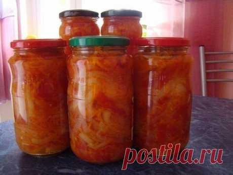 """Салат """"Парамониха""""  2 кг помидор - дольками 1 кг лука - кольцами 1 кг моркови - на крупной терке 1 кг сладкого перца - соломкой  300 гр. растительного масла 300 гр. сахара 100 гр. 9% уксуса 2 ст.л. соли  Все нарезать, добавить растительное масло, сахар, уксус, соль, перемешать и варить 15 мин. после закипания. Разложить в подготовленные банки и закатать.  Приятного аппетита!"""
