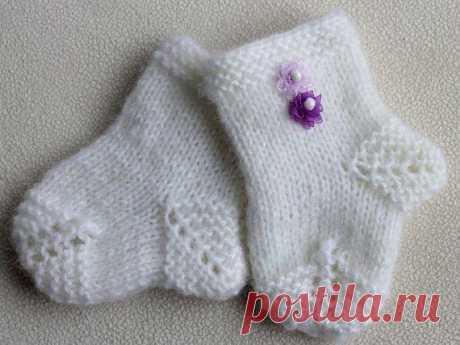 Носочки для новорожденных спицами    Очень мило и красиво смотрятся крошечные носочки, связанные спицами для новорожденного. Обычно для новорожденных вяжут пинетки, но и для маленьких деток можно вязать носочки тоже. Такие носочки при вязке не вызывают ни у кого затруднений.    Для вязания носочков для новорожденных спицами необходима мягкая пряжа любого оттенка и 5 одинаковых спиц.    Существует несколько вариантов вязания спицами носочков для новорожденных.    1 вариант ...