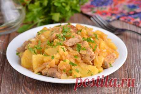 Тушеная картошка со свининой и капустой.  Ароматная тушеная картошка со свининой, репчатым луком и белокочанной капустой, которая придает блюду интересный вкус и аромат. Красивый цвет добавит сладкая паприка, а потрясающий аромат молотый кориандр. Продукты отлично сочетаются между собой и в итоге получается очень вкусный тушеный картофель.