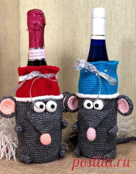 """Чехлы - мышки на бутылку шампанского. Связаны крючком. На сайте """"Страна Мастеров"""" есть платный материал по вязанию подобных чехлов и сами чехлы уже готовые, но гораздо дороже материалов по уроку."""