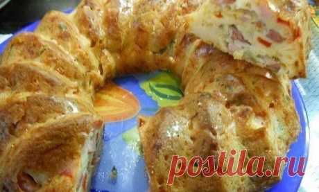 Всегда готовлю, когда на пороге неожиданные гости — Быстрый пирог Приготовление: Смешиваем 0,5 стакана кефира со щепоткой соды. Оставляем на 10 минут постоять, затем добавляем 2 взбитых яйца, пол стакана майонеза и стакан муки. Перемешиваем. Колбасу, болгарский перец и помидор нарезаем кубиками. Зелень мелко порубить, натираем на крупной терке сыр, добавляем ще