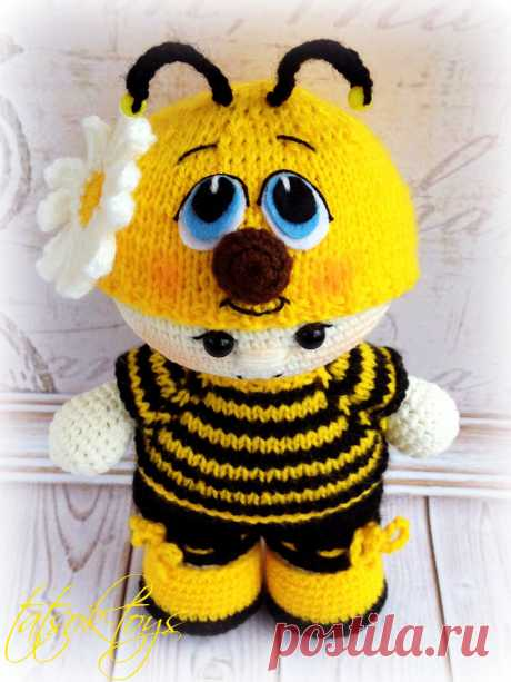 PDF Пупс в костюме пчёлки. FREE amigurumi crochet pattern. Бесплатная схема и описание вязания амигуруми крючком. Игрушки своими руками! Кукла, doll, puppet, muñeca, boneca, poupée, puppe, panenka, bebek, lalka. #амигуруми #amigurumi #amigurumidoll #amigurumipattern #freepattern #freecrochetpatterns #crochetpattern #crochetdoll #crochettutorial #patternsforcrochet #вязание #вязаниекрючком #handmadedoll #рукоделие #ручнаяработа #pattern #tutorial #häkeln #amigurumis #dolls #diy #tutorialcrochet