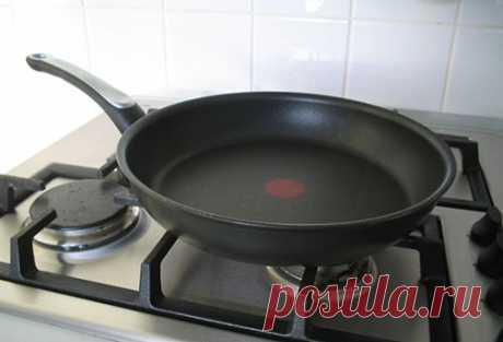 Как легко почистить сковородку с антипригарным покрытием? Образования нагара на посуде не удается избежать даже самым чистоплотным хозяйкам, ведь жиру свойственно скапливаться на стенках посуды. На начальной стадии жир трудно разглядеть на поверхности посуды…