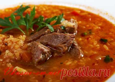 Грузинский суп Харчо, классический рецепт с фото Предлагаю вам классический рецепт первого блюда грузинской кухни – Суп Харчо. Харчо – говяжий суп, очень густой, острый. Три ингредиента в нем не заменимы – говядина, сливы ткемали и грецкие орехи. В классическом рецепте мясо говядины обязательно обжаривают, но вы можете приготовить бульон и из не обжаренного мяса.