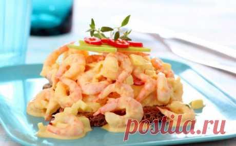 Салат с креветками, чесночным майонезом, яблоками и чили / Салаты из морепродуктов / Кукорама — вкусные рецепты!