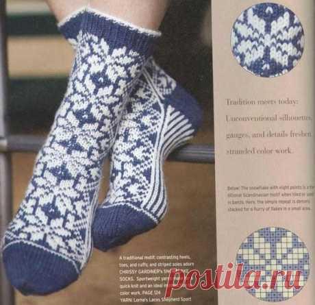 Продолжаю вывешивать модели носков спицами, в этот раз нарядные носки - носки в полоску, в цветочек, со снежинками. Такие носки так нарядно выглядят, что будут хорошим подарком на любой праздник…