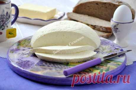 Домашний адыгейский сыр (на заднем плане - восхитительный домашний цельнозерновой хлеб на закваске)  Бесподобный сыр своими руками. Готовится несложно, но чтобы получить хороший сыр, нужны свежие продукты. Итак, приступим.  Ингредиенты  Сметана - 400 г Молоко - 2 л Яйцо - 6 шт. Соль - 1 ст.л.  Пошаговая инструкция приготовления  1. Молоко вскипятить, добавить соль.  2. Яйца взбить со сметаной.   3. В кипящее молоко тонкой струйкой влить яичную смесь, все время помешивая. В...