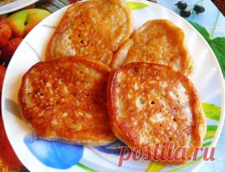 Постные картофельные оладьи Ингредиенты: — 50 грамм дрожжей; — 2 ст. ложки сахара; — 250 мл теплой воды; — 2 стакана муки; — 1,5 столовые ложки приправы «Мивина»; — 1 небольшая луковица; — 3 зубка чеснока; — 3-4 средние картофелины.
