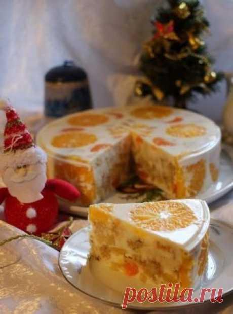 """Желейный торт """"Фруктовый новый год"""" Время приготовления — 1,5 часа. Время застывания — 3-4 часа (лучше на ночь).Калорийность — средняя.Количество порций — 10-12.Ингредиенты:Для бисквита:3 яйца, 0,5 стакана сахара, 1 ч.л. соды, 1 стакан (200г.) муки.Для начинки:3 апельсина, 3 мандарина, 150 г. ананасов, 150 г. (1 небольшой) бананов.Для крема:50 г. желатина, 1 пакетик ванилина, 900 г. сметаны 10%, 1 стакан сахара.Приготовление:1. Желатин распустить в воде согласно инструкции..."""