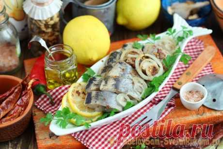 Сельдь маринованная в банке с пряностями и лимоном