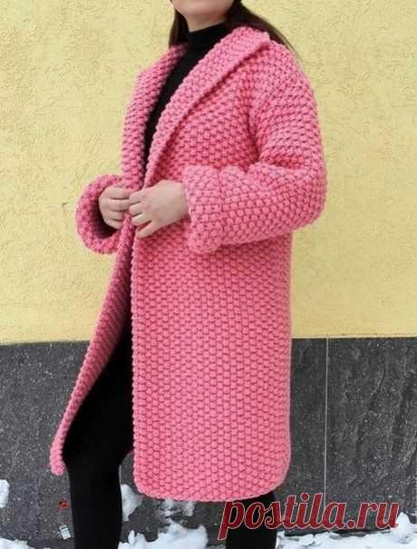 """Увидела вот такое пальто, кажется, на ярмарке мастеров. Автор Светлана Богатова (г.Челябинск). Там говорится, что связано оно из толстой пряжи (примерно 50% на 50% шерсть/акрил) крупным жемчужным узором. Жемчужный узор, я так понимаю, обыкновенный """"рис"""". Если внимательно рассмотреть вязку крупным планом, то видно, что связано пальто и не в одно сложение нити. Поэтому оно так рельефно смотрится. Естественно, большой расход пряжи. Но шерсть с акрилом (пополам) - пряжа недоро..."""