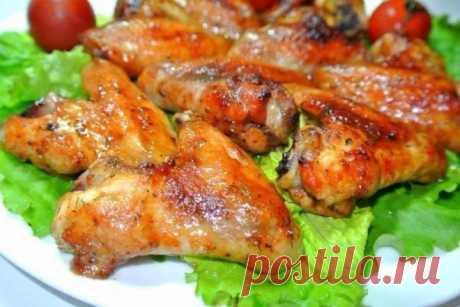 Пикантные крылышки для запекания в рукаве ИНГРЕДИЕНТЫ:  крылышки куриные1 кг майонез2 ст.л. кетчуп/паста томатная1 ст.л. горчица1 ч.л. приправа для курицы чеснок соль   ПРИГОТОВЛЕНИЕ: 1 Смешать кетчуп, майонез, горчицу, измельченный чеснок, приправу для курицы, добавить соль, хорошо перемешать. Крылышки положить в глубокую м