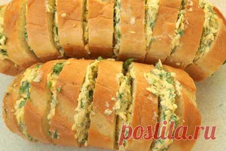 La barra de pan cocida con el ajo y el queso