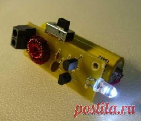 043 - Encender un led blanco con 1,5V   Inventable Proyecto DIY de un convertidor de tensión DC-DC muy simple de hacer con solo dos transistores para alimentar un led blanco con 1,5V de una pila.