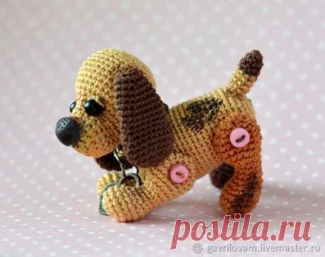 Вязанная собачка Бусинка - брелок  Вязанная собачка Бусинка от Марии Гавриловой   Давайте свяжем собачку! Предлагаю вариант на пуговичном креплении лапок, что позволяет игрушке быть подвижной и принимать разнообразные позы. Собачка …