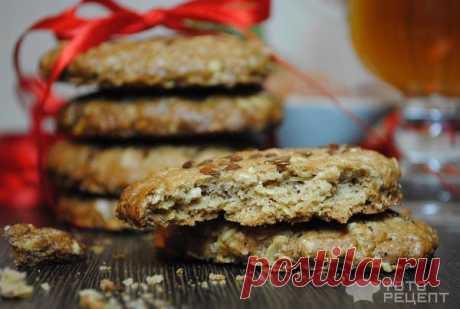 Печенье овсяное – постное  Несомненно овсяное печенье, домашнего приготовления очень вкусно и полезно. А для соблюдающих пост сладкоежек это отличное лакомство.   Ингредиенты   овсяные хлопья - 1 стакан; мука - 1 ст; коричневый сахар - 0,5 ст; вода - 0,5 ст; разрыхлитель теста - 1 ч.л.; масло растительное - 0,5 ст; имбирь - 0,5 ч.л.; корица - 0,5 ч.л.; мускатный орех молотый - по вкусу; ванилин - по вкусу; белый кунжут - 2 ст.л.  Способ приготовления  Смешать муку, разрыхл...
