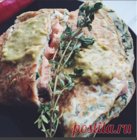 Омлет c сыром, красной рыбой и соусом гуакамоле